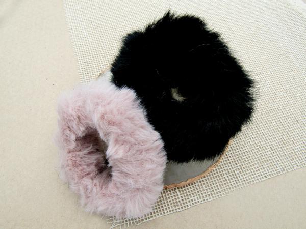 Scrunchie Pelicuche rosado negro Nurhia Accesorios